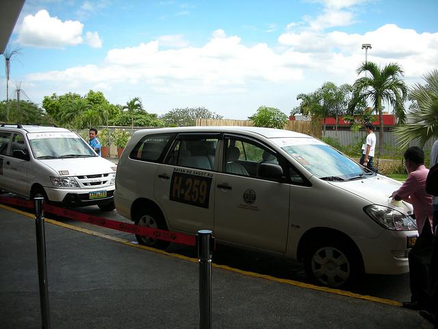 搭乘接駁車前往馬尼拉國內機場