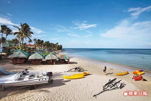 藍潟湖的美不輸長灘島,一樣有搖曳的椰影、新月沙灘和藍如畫的海