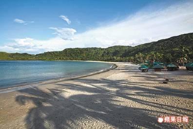 就是這彎月型白沙灘與婆娑椰影交織的風景,使藍潟湖有了小長灘的美名