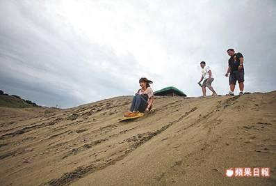 一塊板子就能讓當地小孩興致高昂、滑浪玩得不亦樂乎。