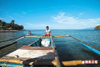 藍潟湖因為有山及巨礁屏障,海水格外澄靜、湛藍,教人驚豔