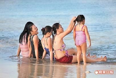 浸沐在沁人心脾的海水裡,透心涼的消暑快意,全寫在臉上